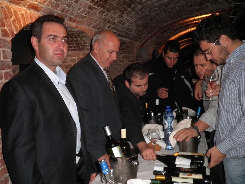 οινοποιείο στραταριδάκης κρητικά κρασιά ποικιλίες Βηλάνα Βιδιανό  θραψαθήρι Μοσχάτο Σπίνας