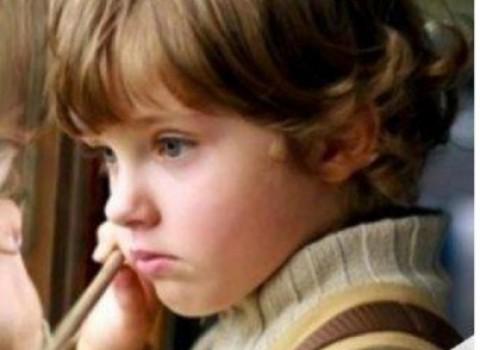 παιδί τραπέζι εγχείρηση κουρήτες αγώνας